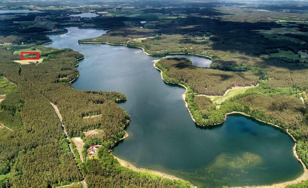 Fotografia lotnicza Jeziora Chłop z zaznaczoną lokalizacją nieruchomości.